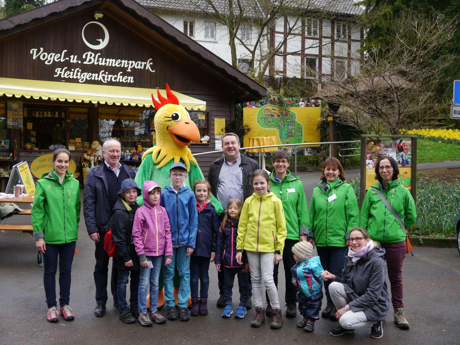 """Die """"KinderErlebniswelt Natur - OH!"""" ist eröffnet! - Umringt von Kindern begrüßt Vogelpark-Direktor F.-W. Eckstein, zusammen mit Maskottchen Matze, Landrat Dr. Axel Lehmann und das Naturpark-Team - Landrat Dr. Lehmann wurde auf der ersten Etappe am Vogelpark von """"Matze"""" und Direktor F.-W. Eckstein begrüßt!"""