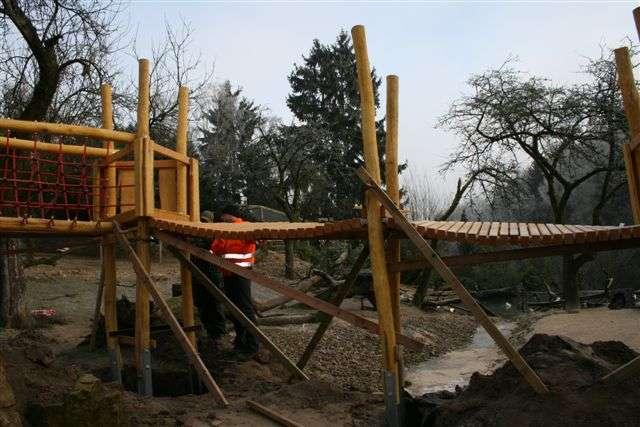 Wir bauen für Sie! - Auf unserer Afrikawiese wird auch im Winter nicht geruht. In den letzten Wochen ist eine tolle Abenteuerbrücke zum Spielen und Entdecken hinzugekommen.