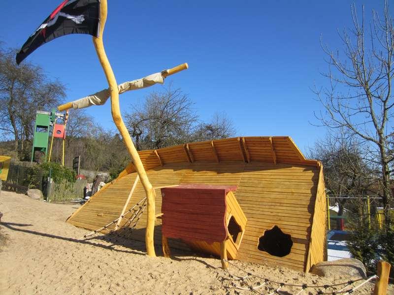 April 2013 - Gestrandetes Piratenschiff auf unserem Spielplatz sucht Namen!